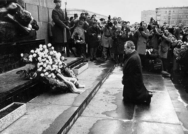 Канцлер ФРГ Вилли Брандт у мемориала героям Варшавского гетто(2020)|Фото: www.wykop.pl