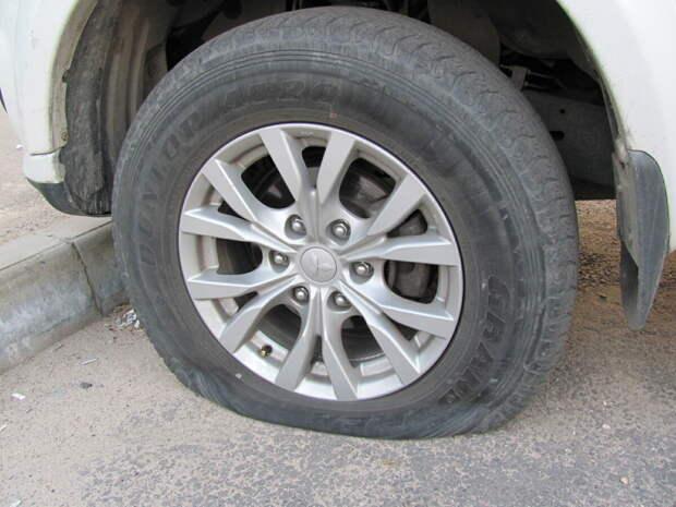 Проколол колесо, а запаски нет: что делать?