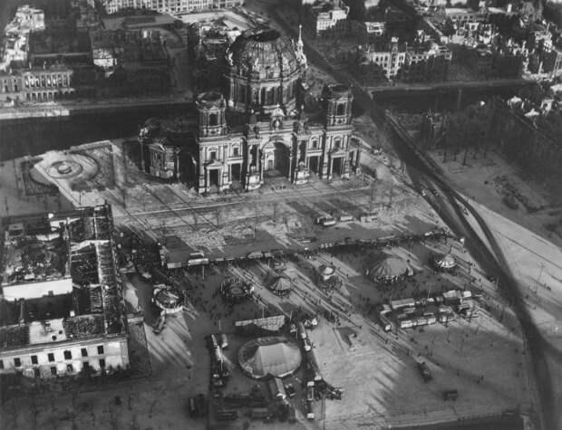 20 впечатляющих фото послевоенного Берлина свысоты птичьего полета