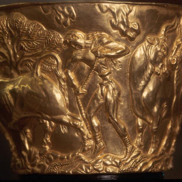 Рельефный декор выполнен критским мастером, работавшим в «натуралистическом» стиле, типичном для минойского искусства XV в. до н.э.
