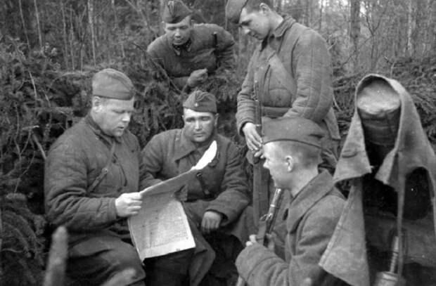 Бойцы Калининского фронта за чтением фронтовых сводок, 1942 год.