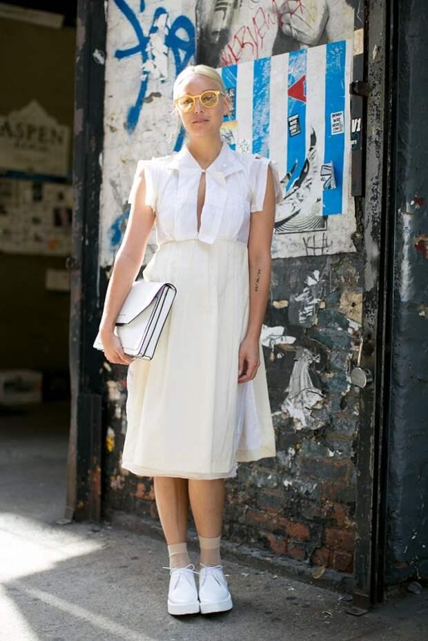 Модель в белом сарафане и белых криперах, нежный образ