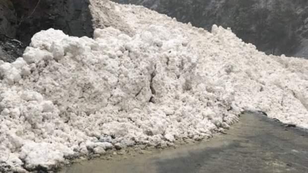 Один человек погиб в автомобиле при сходе лавины в Якутии