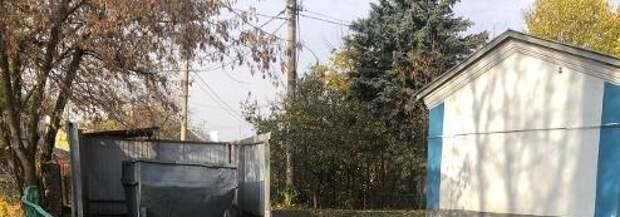 Коммунальщики вывезли мусор с контейнерной площадки дома на 4-й Северной линии