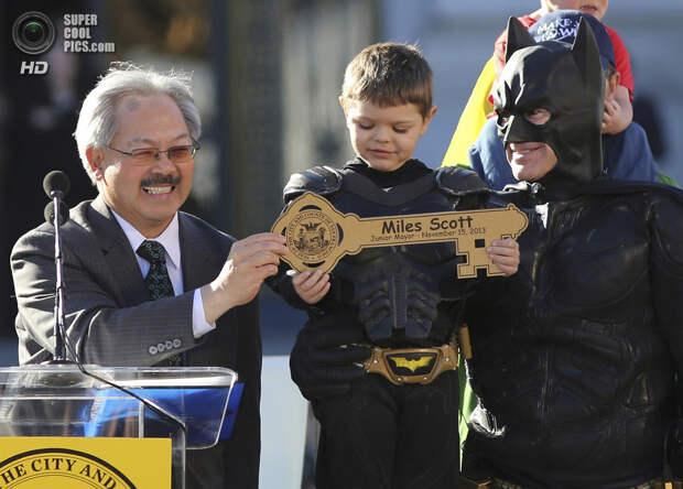 США. Сан-Франциско, Калифорния. 15 ноября. Мэр Сан-Франциско Эд Ли вручает малышу символический ключ от города. (REUTERS/Robert Galbraith)