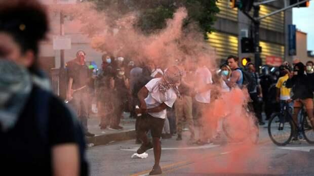 В США вновь вспыхнули уличные протесты после смерти мужчины от рук полицейского