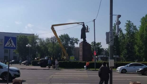 Памятник Ленину на площади в Подольске обрабатывают спецсредством