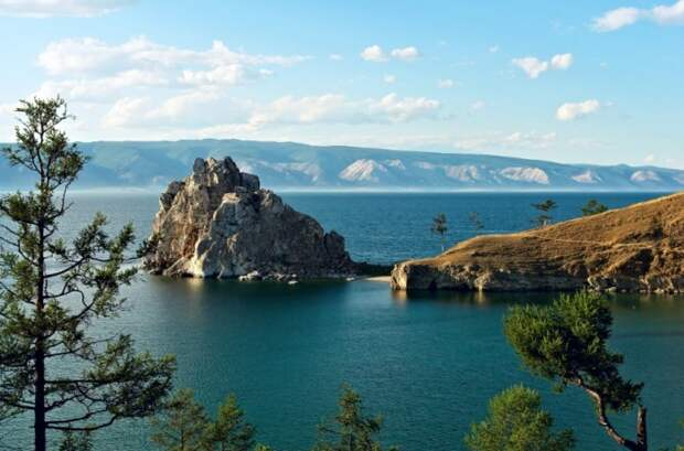 Шаман-скала на острове Ольхон на Байкале
