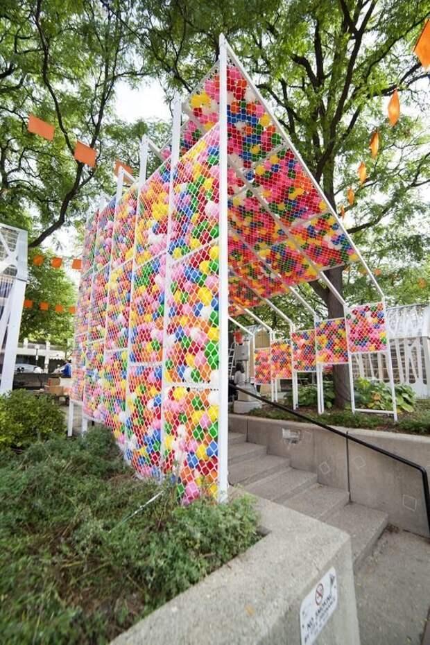 А если сделать забор двойной и запихать туда пластиковых мячей? Фабрика идей, дача, забор, сетка Рабица, украшение