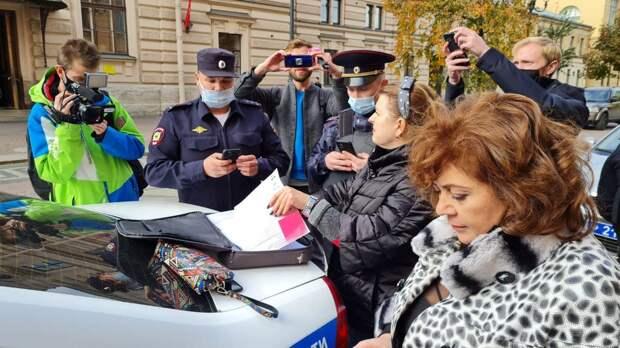 В центре Петербурга женщина пыталась пронести на участок больше 100 бюллетеней. Её задержали