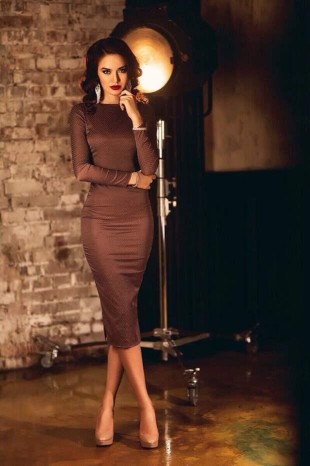 девушка в коричневом облегающем платье