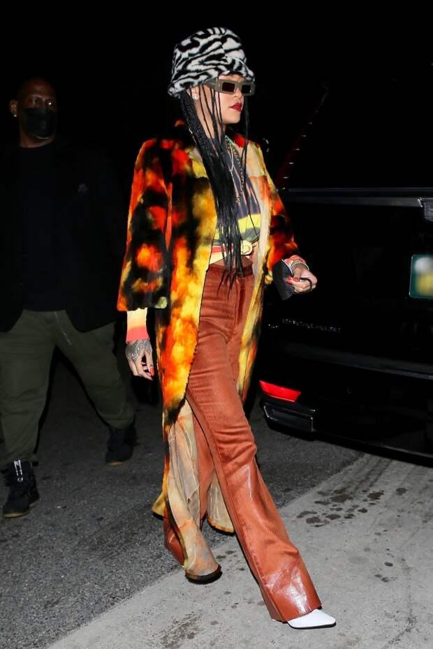 Меховая панама «под зебру», пламенные джинсы и красно-желтое пальто: новый «огненный» образ Рианны