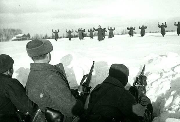 Немецкие солдаты сдаются в плен красноармейцам во время битвы за Москву. Зима 1941 — 1942 гг. Великая Отечественная война, Советский народ, история