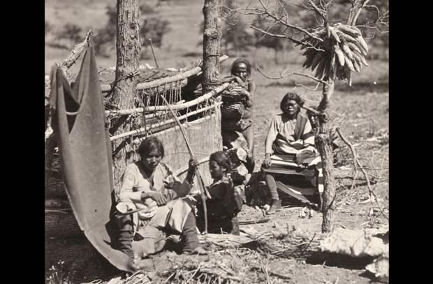 Коренная жизнь индейцев Наваху. Снято около старого форта Дефианс, Нью-Мексико, в 1873 году.