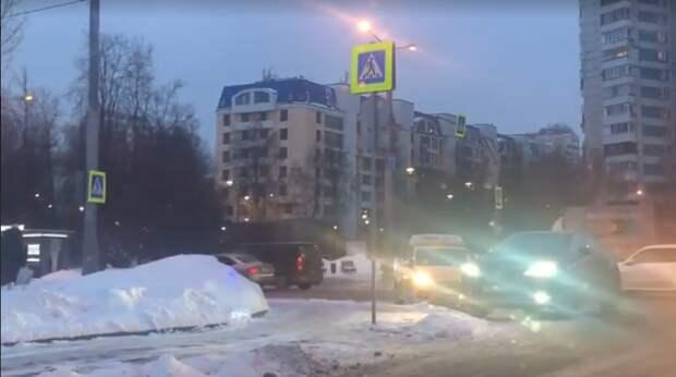 На пересечении Химкинского бульвара и улицы Свободы столкнулись такси и легковушка