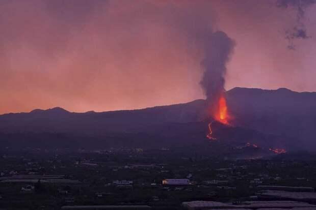 Вулкан на Канарских островах начал извергаться еще сильнее (видео)