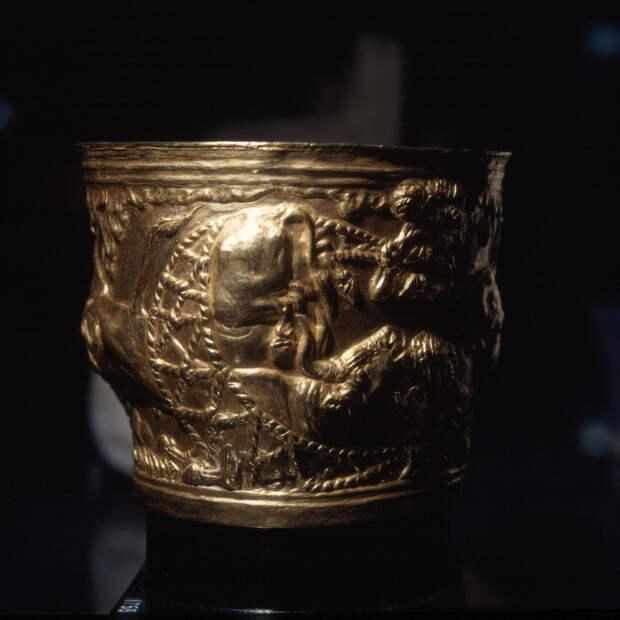 Чаша с рельефным декором.