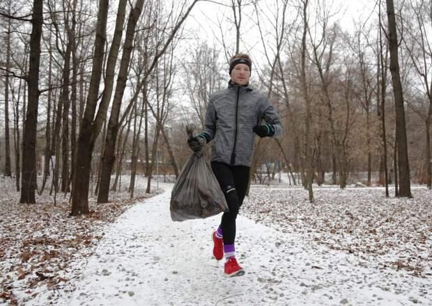 Александр Орлов наводит порядок в парке каждый день/Артур Новосильцев, «Восточный округ»