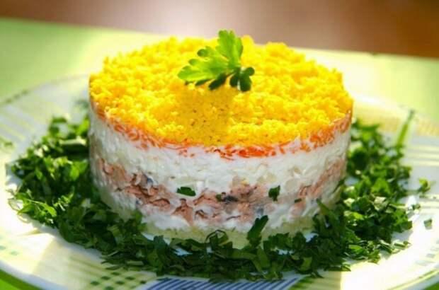 Яркий праздничный салат. \ Фото: kitchen365.ru.