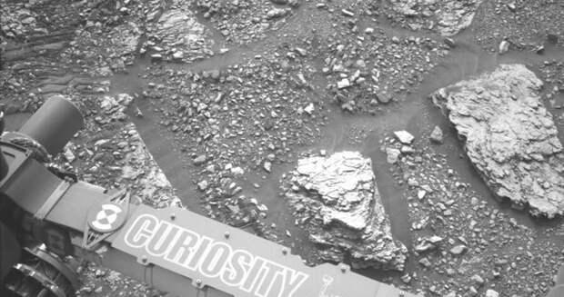 Curiosity обнаружил на Марсе камень с цветными вкраплениям