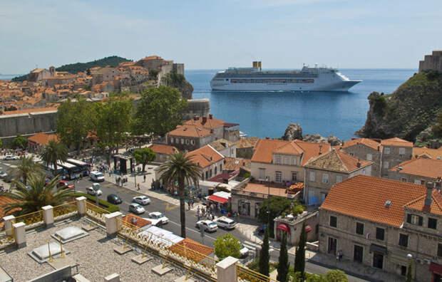 Власти Дубровника не разрешают причаливать к берегу более, чем двум лайнерам одновременно.