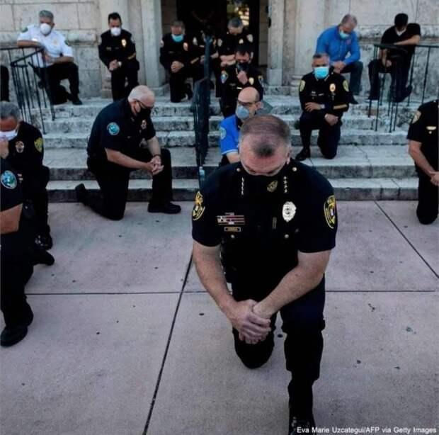 Американские полицейские на коленях просят прошения у чернокожих ...
