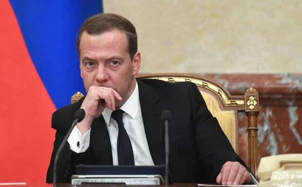 Петербуржец предложил кабмину пожить на 10 тыс. рублей после заявления Медведева о пенсионной реформе