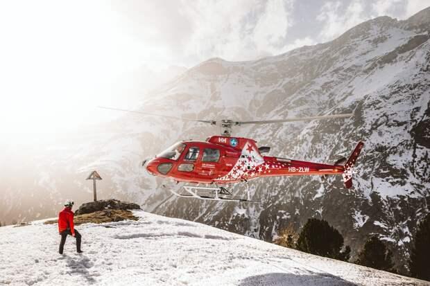 В Италии спасатели эвакуировали с вершины горы группу туристов с ребёнком