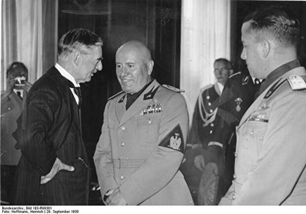 Невил Чемберлен и Бенито Муссолини
