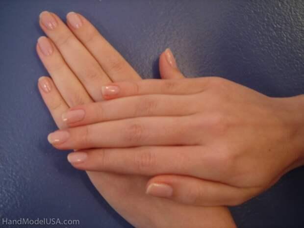 Женщина зарабатывает руками, практически ничего ими не делая
