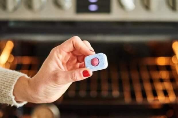 Средство, которое поможет отмыть дверцу духовки за считанные минуты