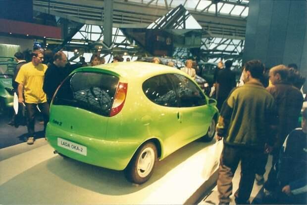 Первый вариант «Оки-2» (ВАЗ-1901), выполненный в стиле биодизайна, был продемонстрирован в 1998 г. на Московском международном мотор-шоу. Однако дальше выставочного макета дело не пошло. автовыставка, автосалон, выставка, ретро фото
