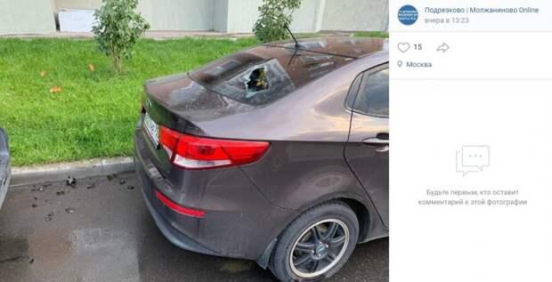 Припаркованное на Синявинской авто сначала разбили, а затем закидали яйцами