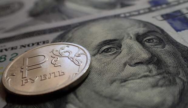 Курс доллара: рубль получил двойной удар