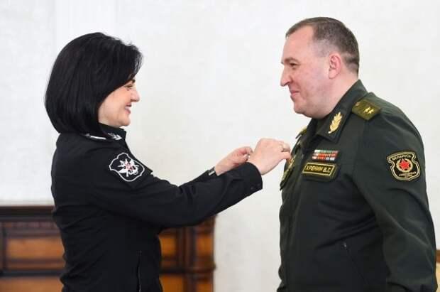 Минобороны России вручило медаль главе военного ведомства Белоруссии