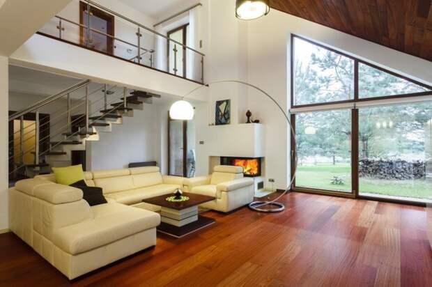 Просторная гостиная комната, в которой преобладают простые геометрические формы.
