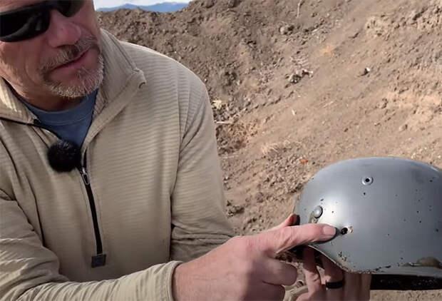 Советская против немецкой: стрелок проверяет на полигоне солдатские каски Второй мировой