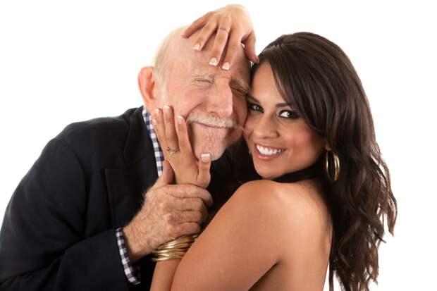Она делает подтяжку лица и просит старика угадать ее возраст…