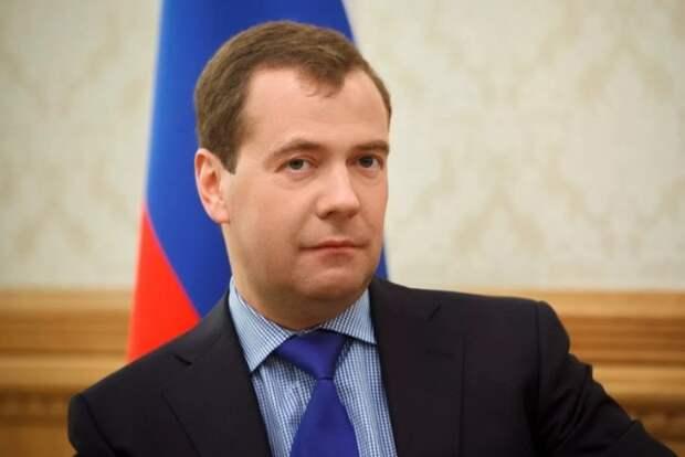 Между молотом и наковальней: Медведев рассказал о трудном положении Зеленского