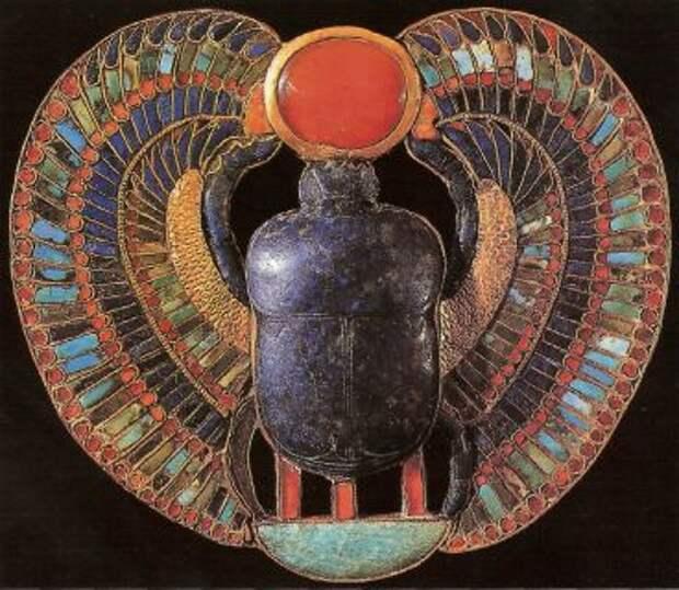 Крылатый скарабей с солнечным диском из гробницы Тутанхамона. Каир, Египетский музей