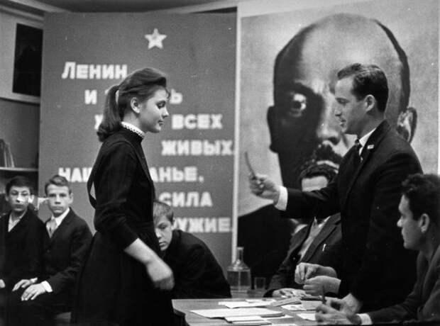 Прием в комсомол. Всеволод Тарасевич, 1963–1969 гг., Норильск, из архива МАММ/МДФ.