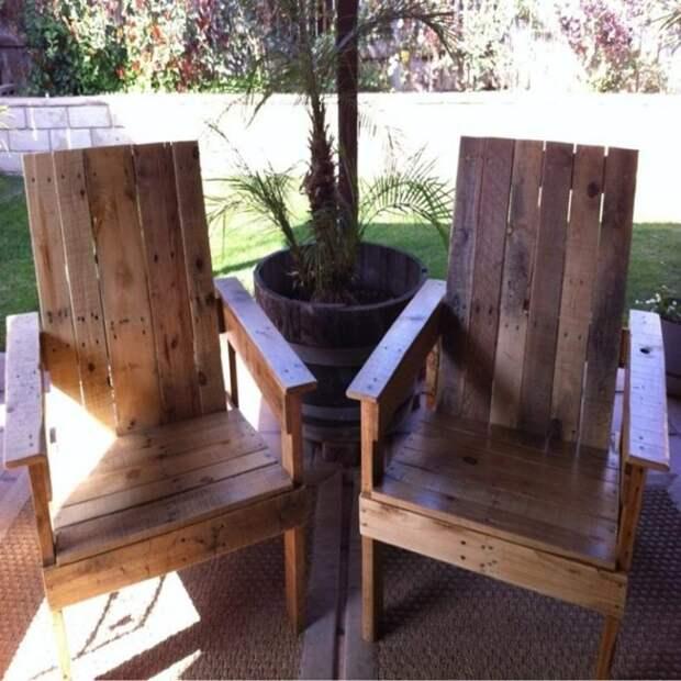 Используя доски от деревянных поддонов можно создать чудесные стулья, которые будут радовать не только хозяев, но и гостей.