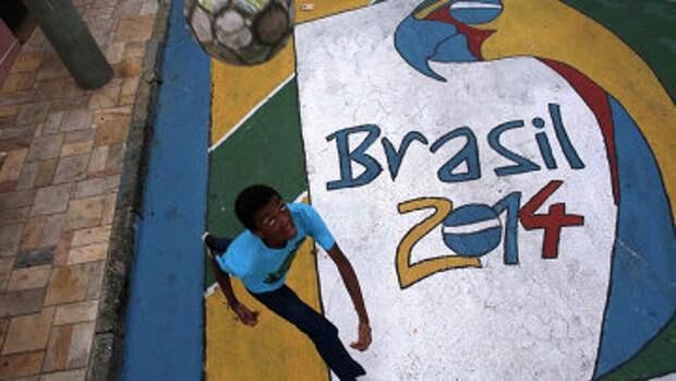 Мальчик играет с мячом на улице в Сан-Паулу
