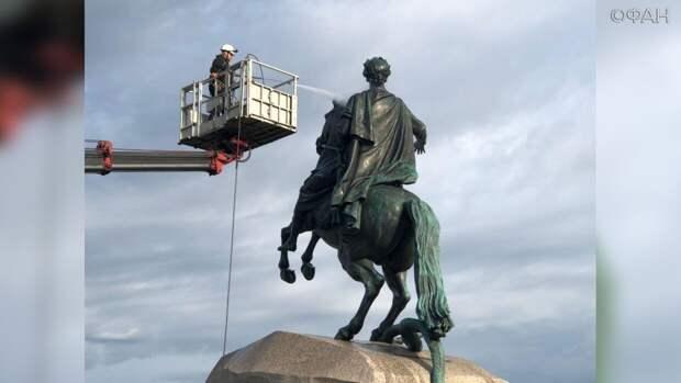 Памятник Петру I «искупали» перед наступлением холодов в Петербурге