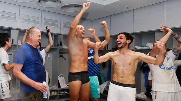 Дзюба во время празднования чемпионства «Зенита» спел «Голубую луну». Ранее он сымитировал половой акт с Азмуном