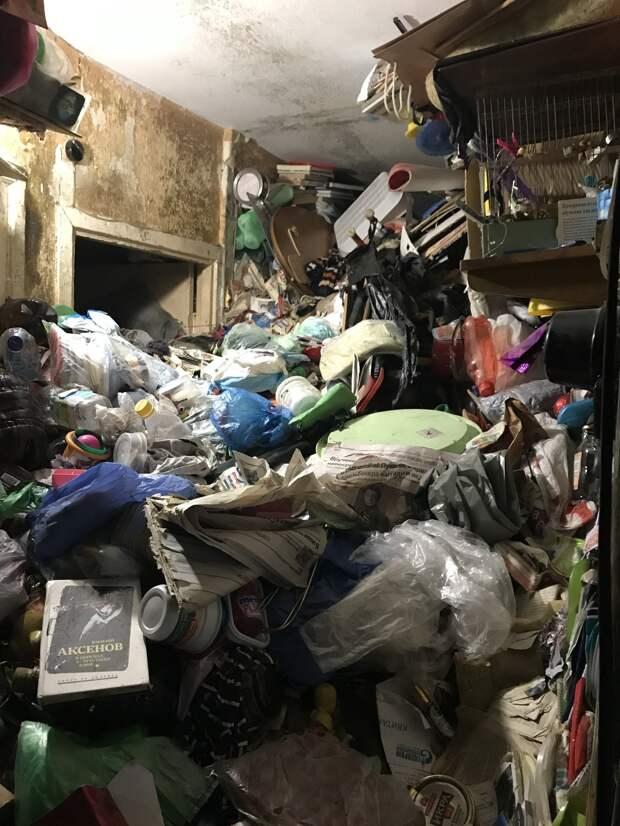 Под завалами мусора в квартире Санкт-Петербурга нашли тела двух человек