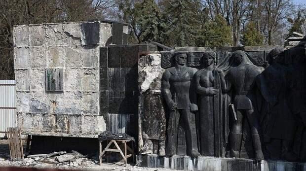 Во Львове начался демонтаж Монумента славы Советской армии