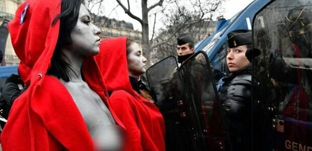 Цветная революция во Франции: к «желтым жилетам» присоединились «голые красные накидки»