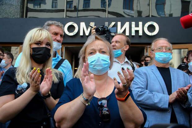 Владимира Меньшова проводили в последний путь громкими аплодисментами