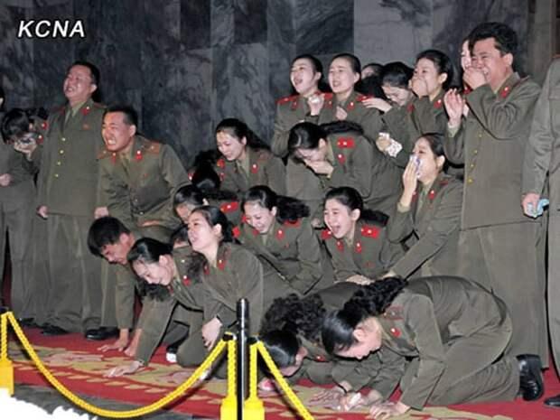 На изображении может находиться: 9 человек, текст «KCNA»